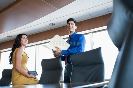 coworkers discussing in conference roomの写真素材 [FYI02860006]
