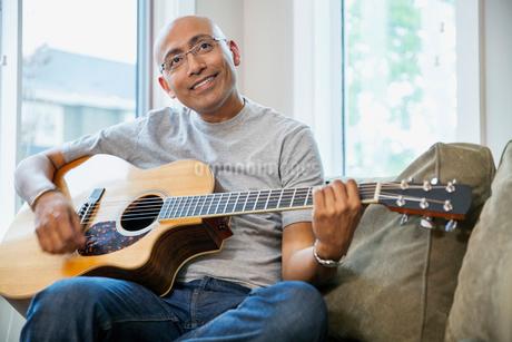 Mature man playing guitarの写真素材 [FYI02860118]