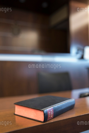Bible on witness stand in empty courtroomの写真素材 [FYI02860163]