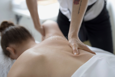Woman receiving massage on spa massage tableの写真素材 [FYI02860261]