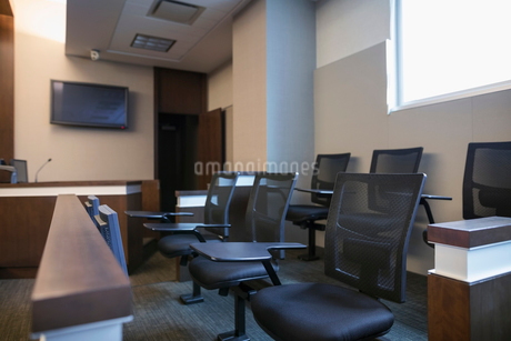 Jury box seats in empty courtroomの写真素材 [FYI02860267]