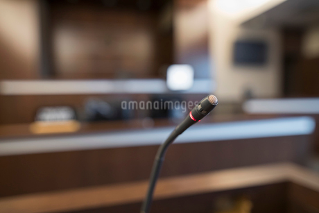Podium microphone in empty courtroomの写真素材 [FYI02860396]