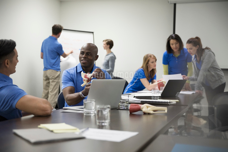 Physiotherapists training in conference room meetingの写真素材 [FYI02860404]
