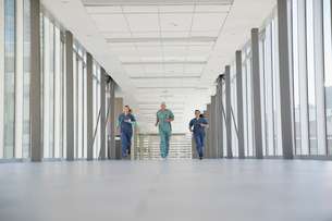 Surgeon and nurses running in hospital corridorの写真素材 [FYI02860417]