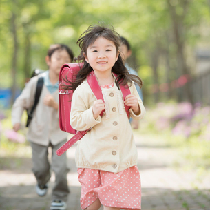 通学路を走る小学生の写真素材 [FYI02860524]