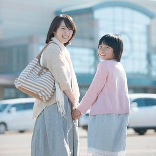 ショッピングセンターに向かう親子の写真素材 [FYI02860527]