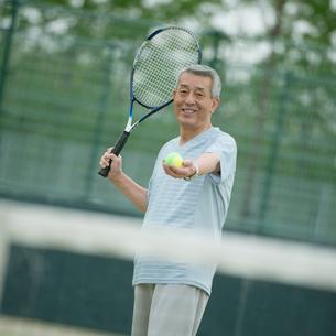 テニスをするシニア男性の写真素材 [FYI02860529]