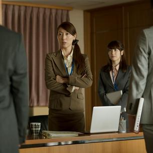 会議室で指示をするビジネスウーマンの写真素材 [FYI02860535]