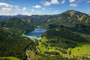 Aerial view, Erlaufsee with Mt. Gemeindealpe, St.の写真素材 [FYI02860585]