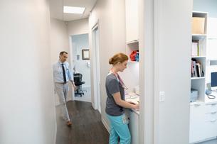 Female nurse and male doctor in clinic corridorの写真素材 [FYI02860602]