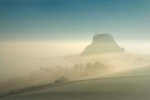 Foggy mood in Hegau with Hohenkrahen Mountainの写真素材 [FYI02860622]