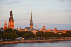 Historic centre with the banks of the Daugava River, Rigaの写真素材 [FYI02860631]