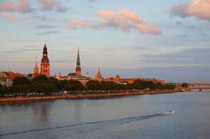 Historic centre with the banks of the Daugava River, Rigaの写真素材 [FYI02860643]