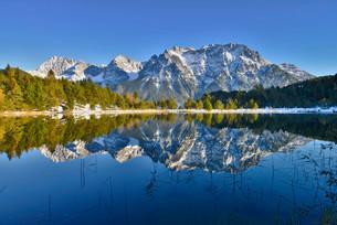 Lake Luttensee and Westliche Karwendelspitze, Mittenwaldの写真素材 [FYI02860710]