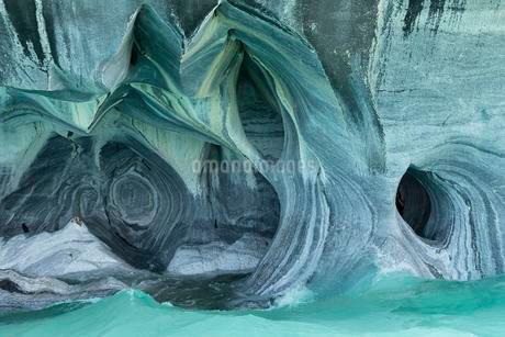Bizarre rock formations of the marble caves, Cuevas deの写真素材 [FYI02860739]