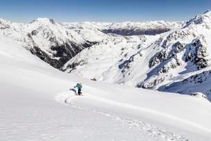Ski tourer ascending Hintere Nonnenspitze, below Martelloの写真素材 [FYI02860852]