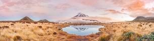 Reflection in Pouakai Tarn, stratovolcano Mount Taranaki orの写真素材 [FYI02860900]