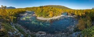 River bend in Abiskojokk, autumnal landscape, Abiskoの写真素材 [FYI02860906]