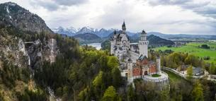 Aerial view of Neuschwanstein Castle with Lake Alpsee andの写真素材 [FYI02860928]