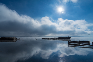 Lonely cabin on the lake and reflection of sky and cloud; sunlight; Napa Hai Nature Reserve; Shangriの写真素材 [FYI02860985]