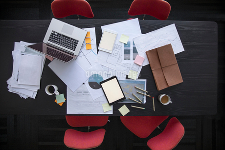 View from above business paperwork, laptop and digital tablet on conference tableの写真素材 [FYI02861007]