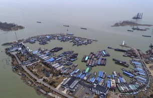Hundreds of Red Flags in Hongze Lake Fishing Port, Huaian, Jiangsu Province,Chinaの写真素材 [FYI02861130]