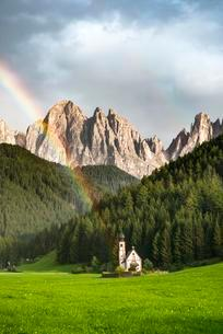 Rainbow in front of the church St. Johann in Ranui, Sanの写真素材 [FYI02861149]