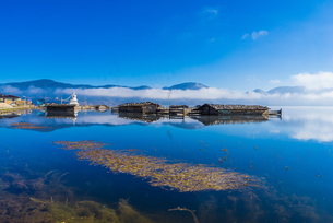 Cabins on the lake and reflection of sky and cloud; sunlight; Napa Hai Nature Reserve; Shangri-La Ciの写真素材 [FYI02861249]