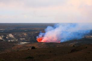 夕暮れのハワイ島キラウエア火山ハレマウマウ・クレーターの写真素材 [FYI02861262]