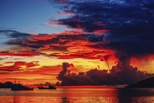 Fire Clouds, the Seashore of Sabah, Malaysiaの写真素材 [FYI02861287]