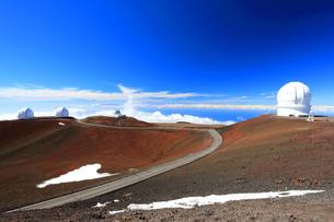 ハワイ島 マウナ・ケア山頂天文台群とマウナケア・アクセス・ロードの写真素材 [FYI02861294]