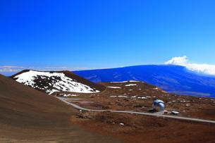 ハワイ島 マウナ・ケア山頂天文台群とマウナ・ロア山の写真素材 [FYI02861421]