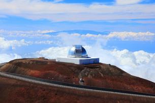 ハワイ島 マウナ・ケア山ナサ・インフラレッド・テレスコープ・ファシリテ天文台とマウイ島の写真素材 [FYI02861432]