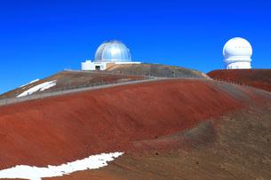 ハワイ島 マウナ・ケア山頂天文台群 ナサ・インフラレッド・テレスコープ・ファシリティとカナダ・フランスの写真素材 [FYI02861477]