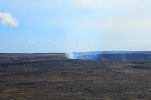 ハワイ島 キラウエア展望台からのハレマウマウ火口の写真素材 [FYI02861498]