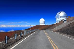 ハワイ島 マウナ・ケア山頂天文台群とマウナケア・アクセスロードの写真素材 [FYI02861521]
