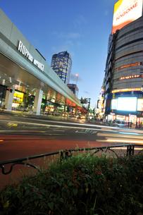 六本木交差点の夕景の写真素材 [FYI02861545]