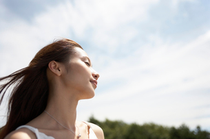 風に吹かれる女性の写真素材 [FYI02861914]