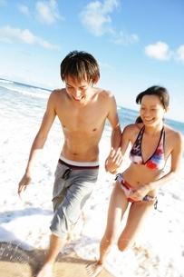 海辺で遊ぶカップルの写真素材 [FYI02861956]