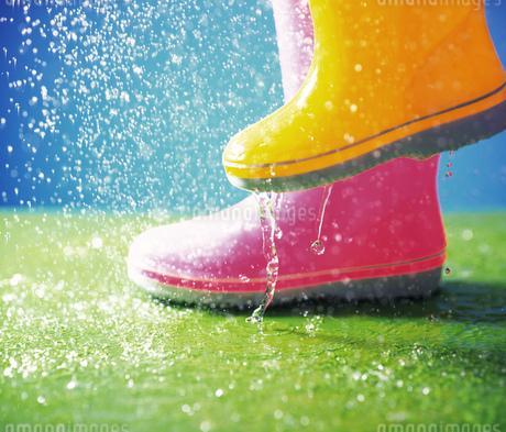 長靴と雨の写真素材 [FYI02862377]