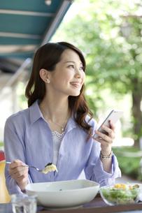 昼食を食べる女性の写真素材 [FYI02864020]