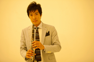 クラリネットを演奏する中高年男性の写真素材 [FYI02864058]