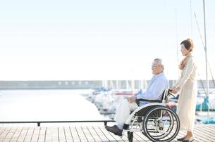 車いすに乗る夫と嫁の写真素材 [FYI02864097]