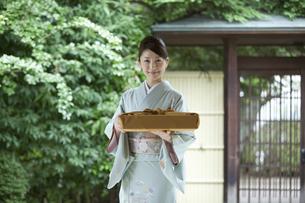 風呂敷包みを持つ着物姿の女性の写真素材 [FYI02864161]