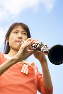 クラリネットを吹いている女性の写真素材 [FYI02864254]