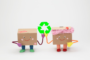 リサイクルマークと段ボールのカップルの写真素材 [FYI02865066]