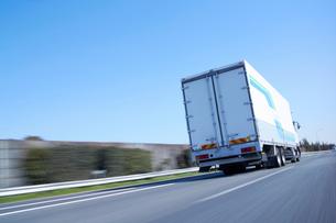 運搬のため高速道路を走るトラックの写真素材 [FYI02865272]