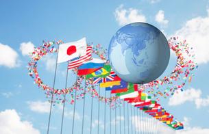地球と万国旗の写真素材 [FYI02865939]