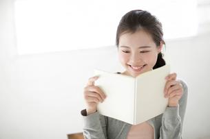 本を見る若い女性の写真素材 [FYI02866032]