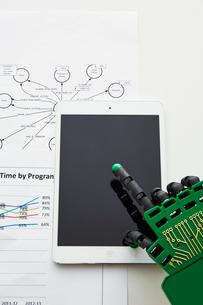 タブレットを操作するロボットの手の写真素材 [FYI02866400]